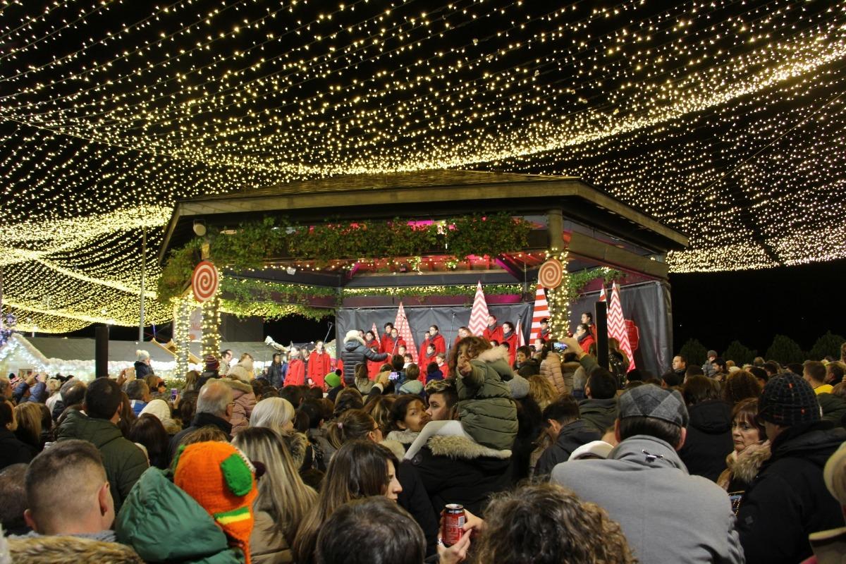 Llums de Nadal a la plaça del Poble el dia de la inauguració del Poblet.