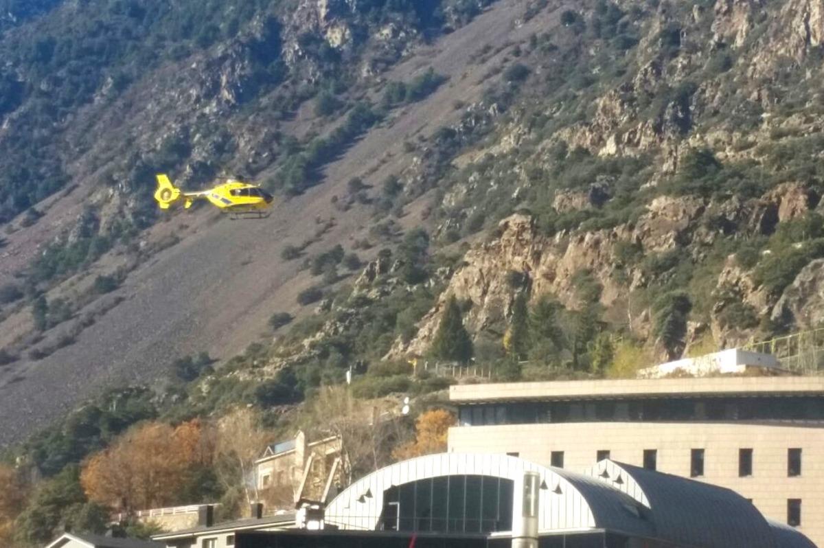 Un helicòpter arriba a l'hospital Nostra Senyora de Meritxell.