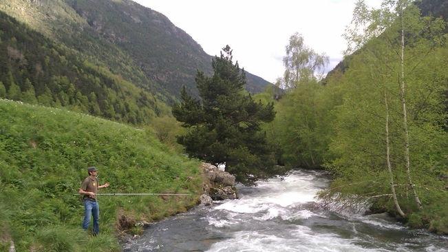 Un pescador en un riu d'Andorra.