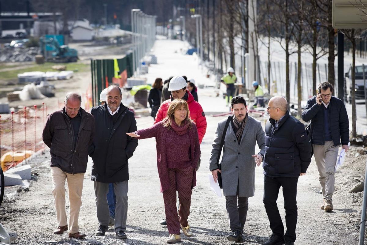 Responsables de l'APU i la cònsol major d'Andorra la Vella, Conxita Marsol, visiten les obres del tram sud de l'avinguda d'Enclar.