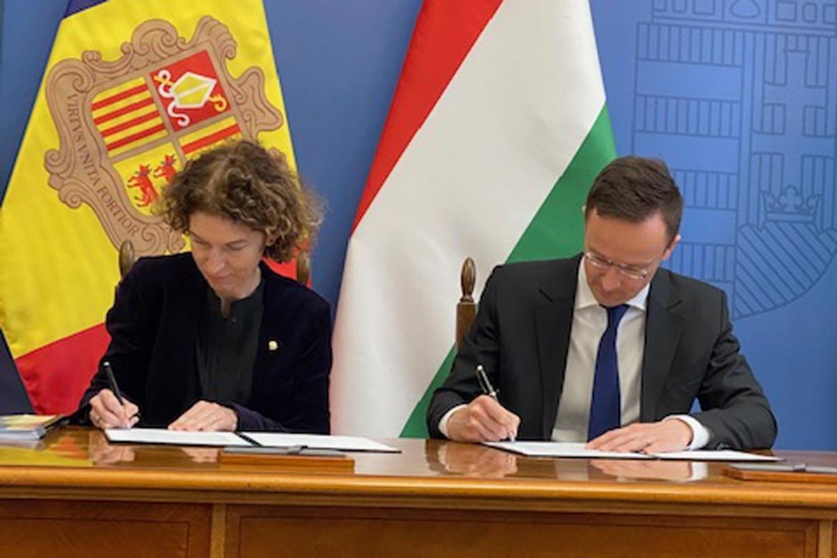 Maria Ubach va signant el protocol amb el seu homòleg hongarès, Péter Szijjartó.
