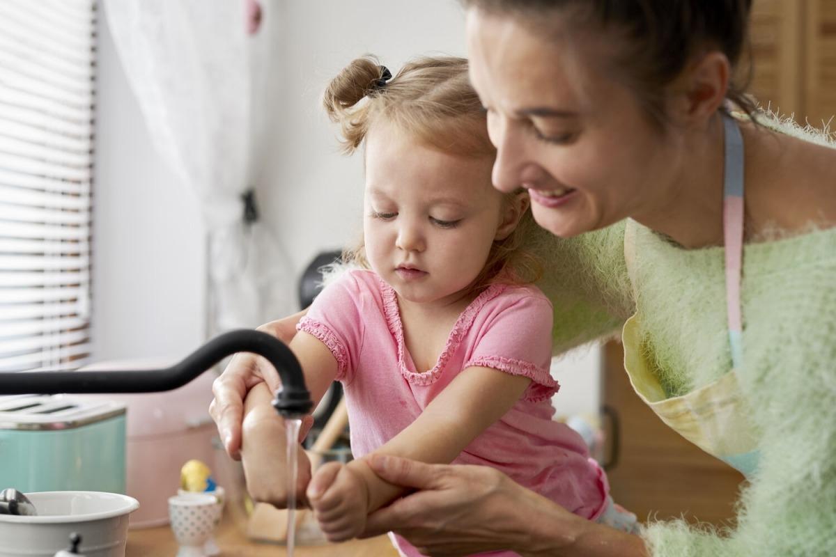 Una nena i la seva mare es renten les mans.