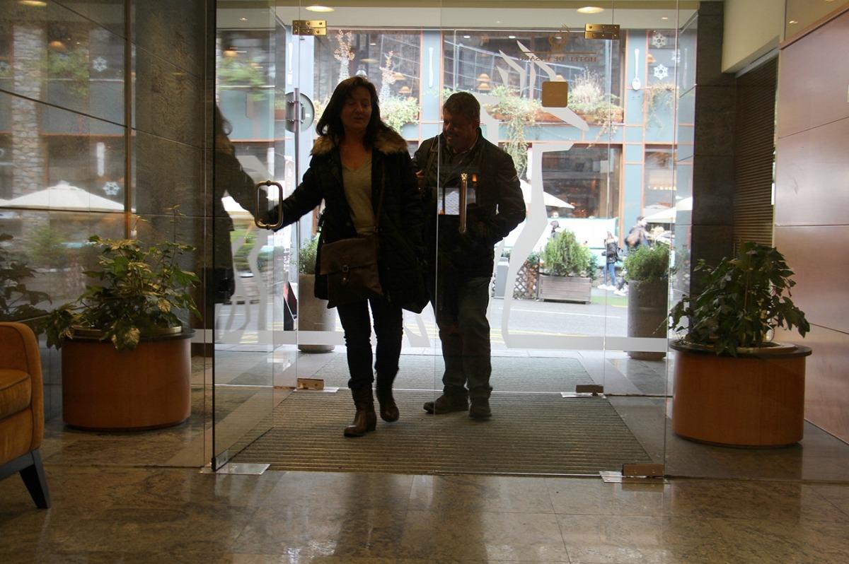 Dos turistes entren en un hotel.