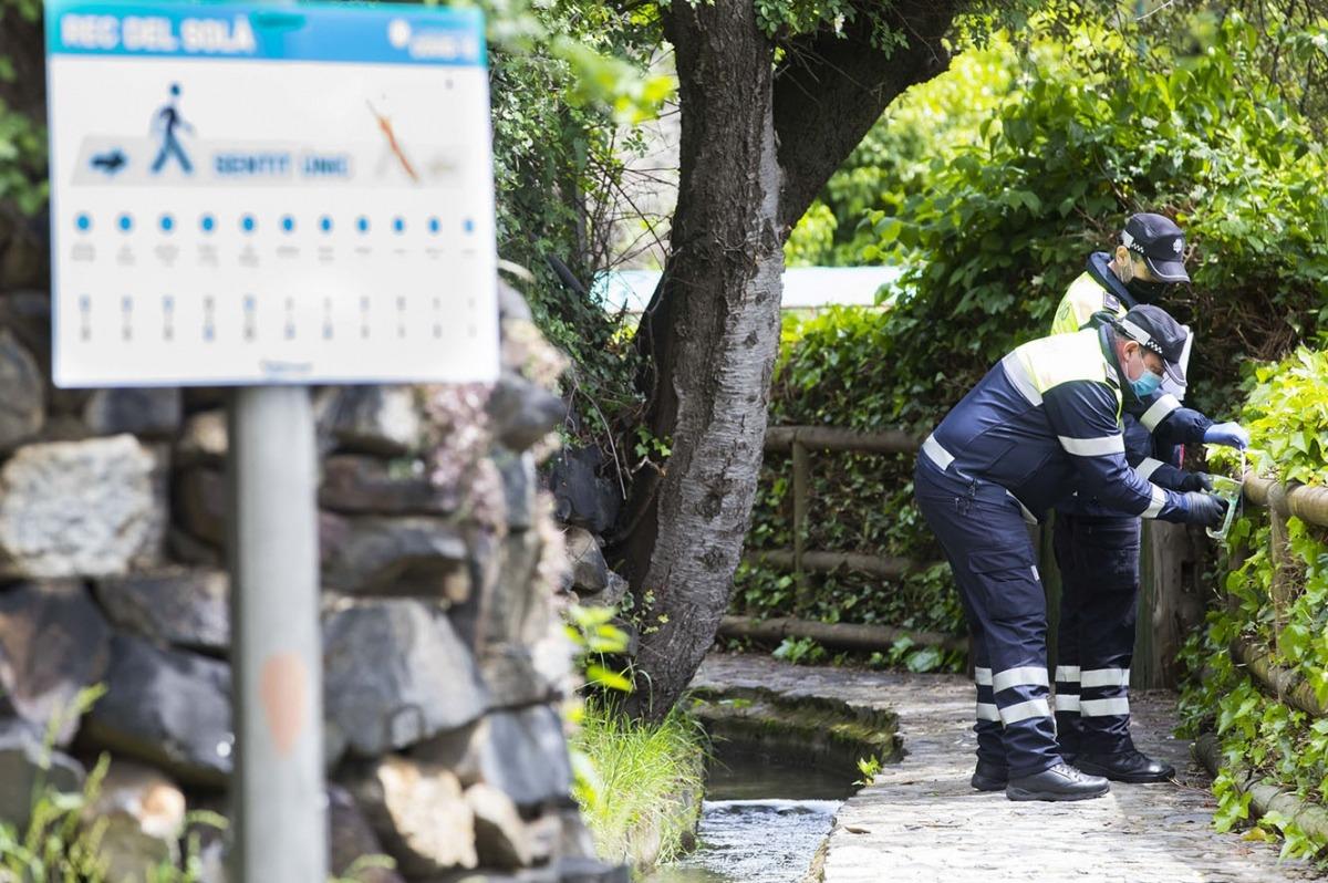 Treballadors del comú d'Andorra la Vella senyalitzant els itineraris.