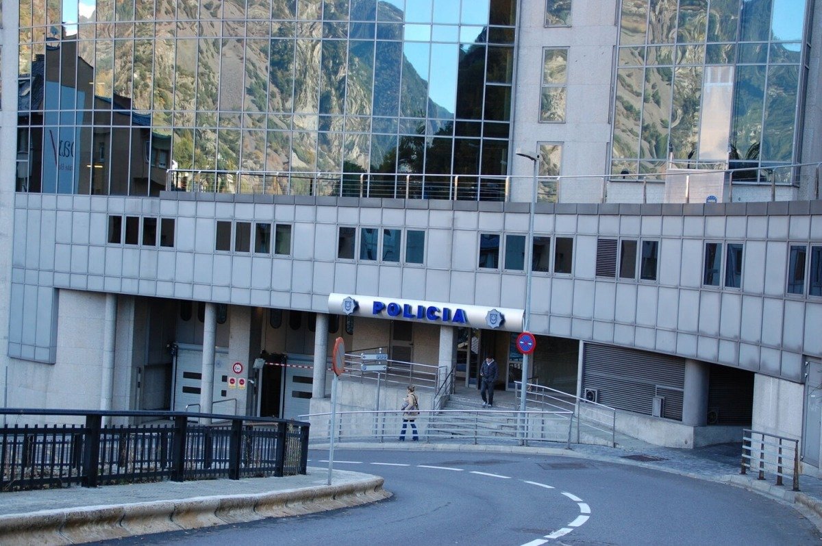 Vista de l'edifici administratiu de la policia.