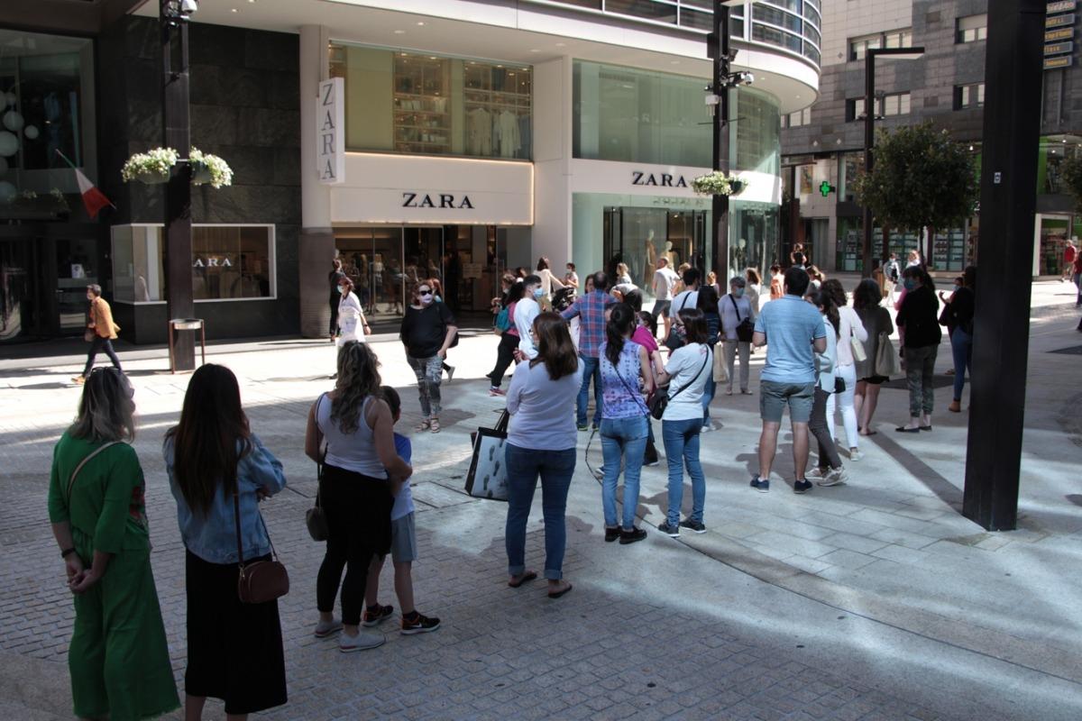 Persones fent cua per entrar en un comerç al centre de la capital.