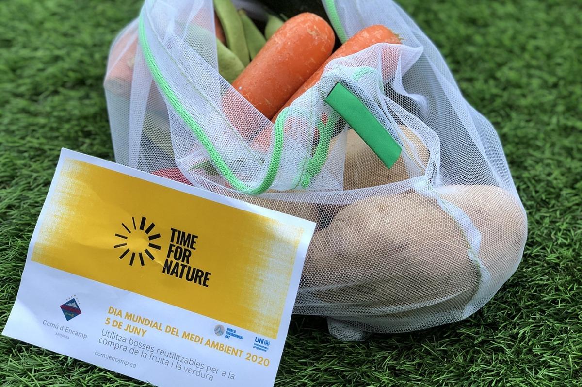 Mostra de les bosses reutilitzables que reparteix el Comú d'Encamp.