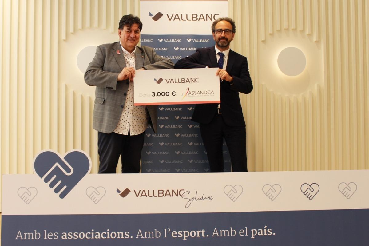 El president d'Assandca, Josep Saravia, i el director de Negoci de Vall Banc, Gerard Albà, durant l'entrega del xec.