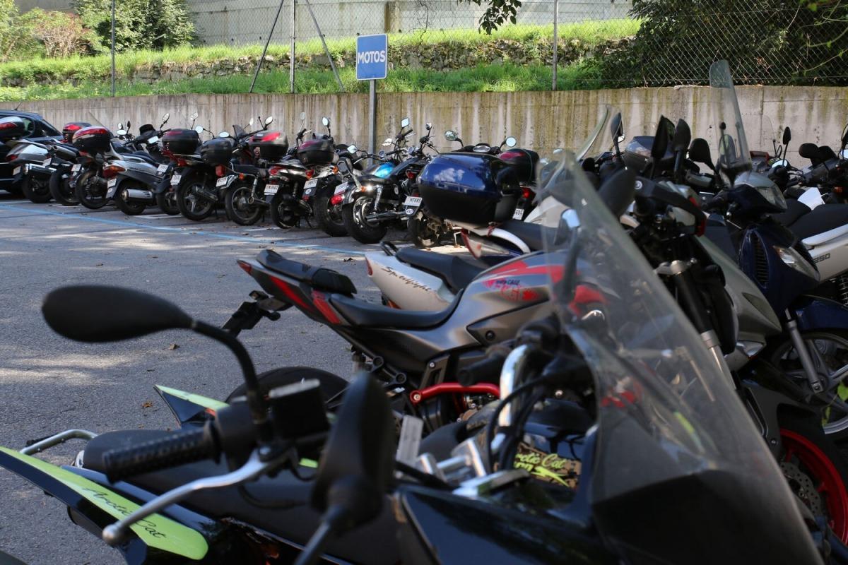 Un aparcament per a motocicletes.