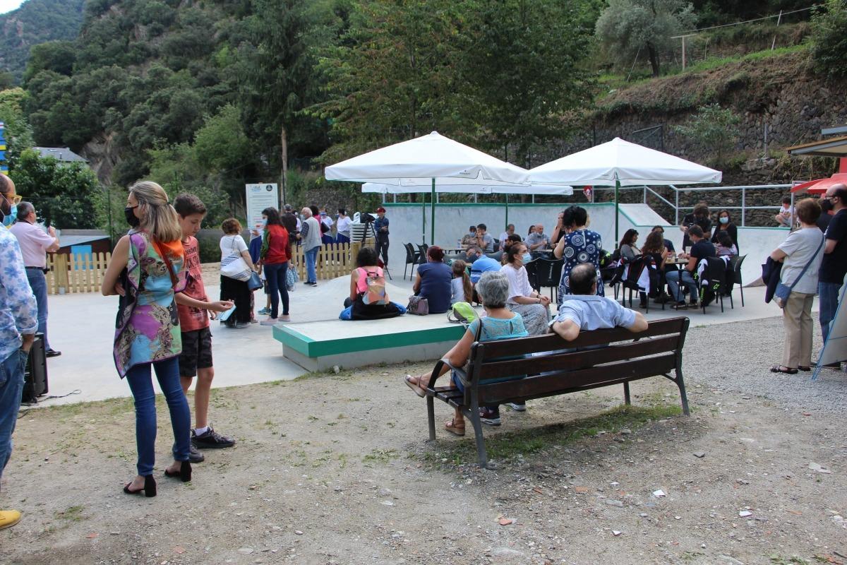 Ciutadans en la inauguració de la Cala laurediana.
