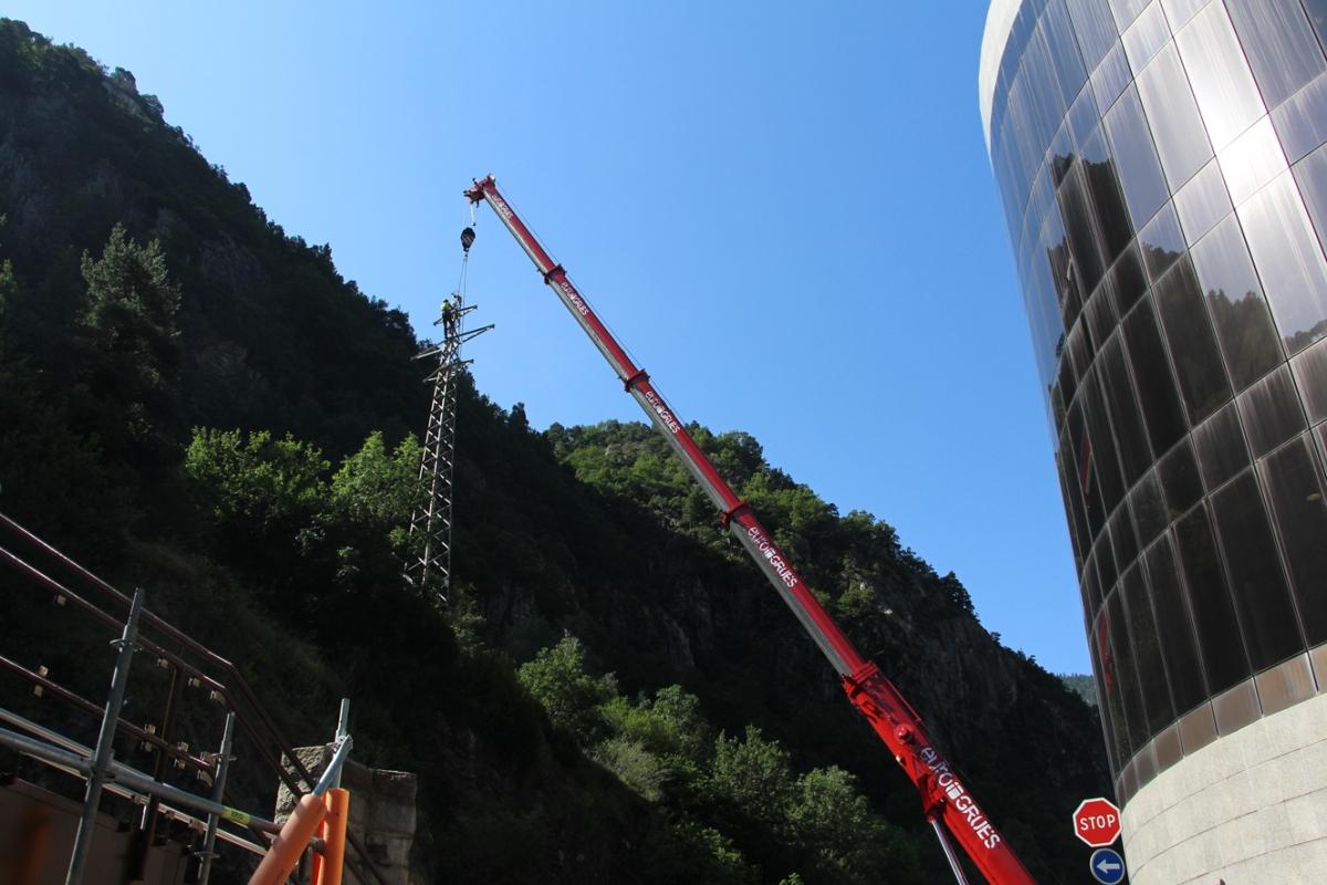Treballs de retirada d'una de les torres.
