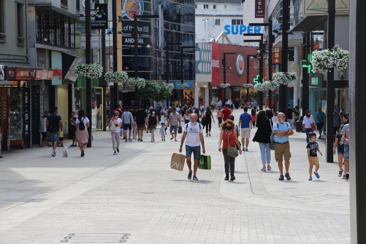 Turistes a l'avinguda Meritxell aquest mes de juny.