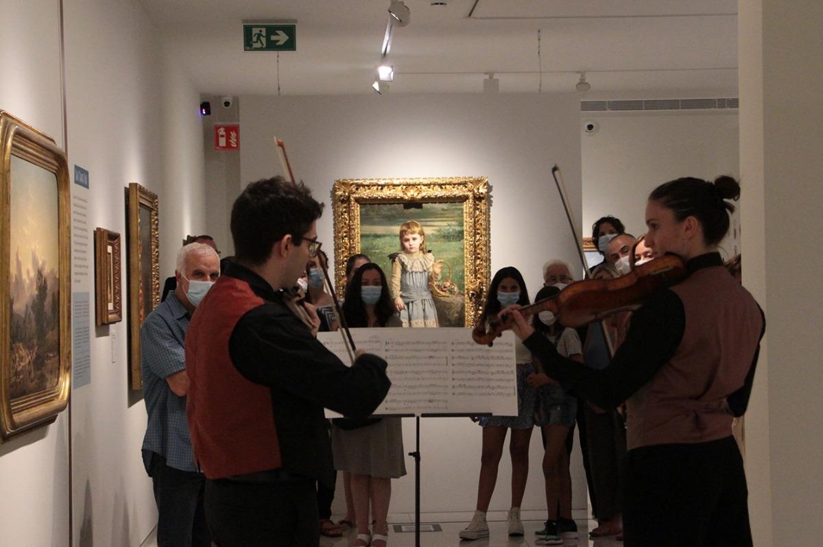 Carlota Franch (violí) i Esteve Ticó (viola), durant l'actuació.
