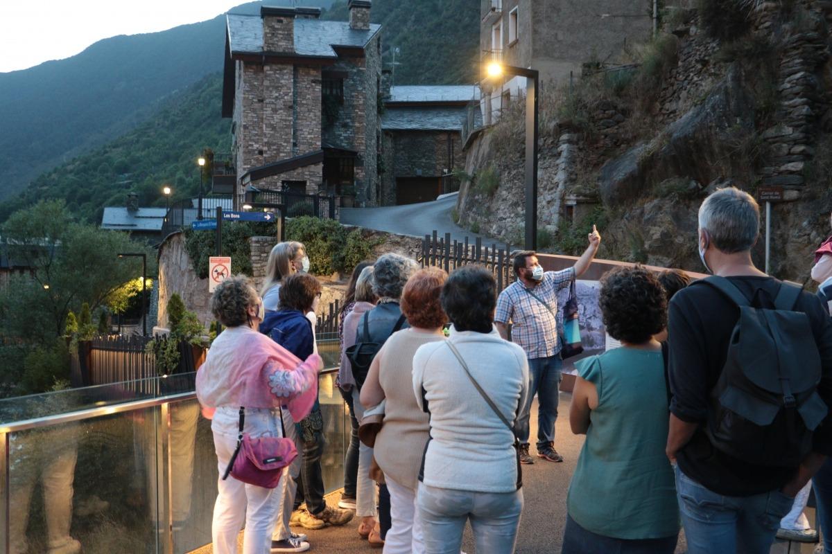 Robert Lizarte, guia d'Encamp, es dirigeix als assistents de la visita nocturna de les Bons.