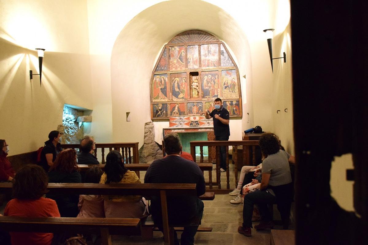 Robert Lizarte explica als assistents aspectes de l'església de sant Marc i santa Maria.