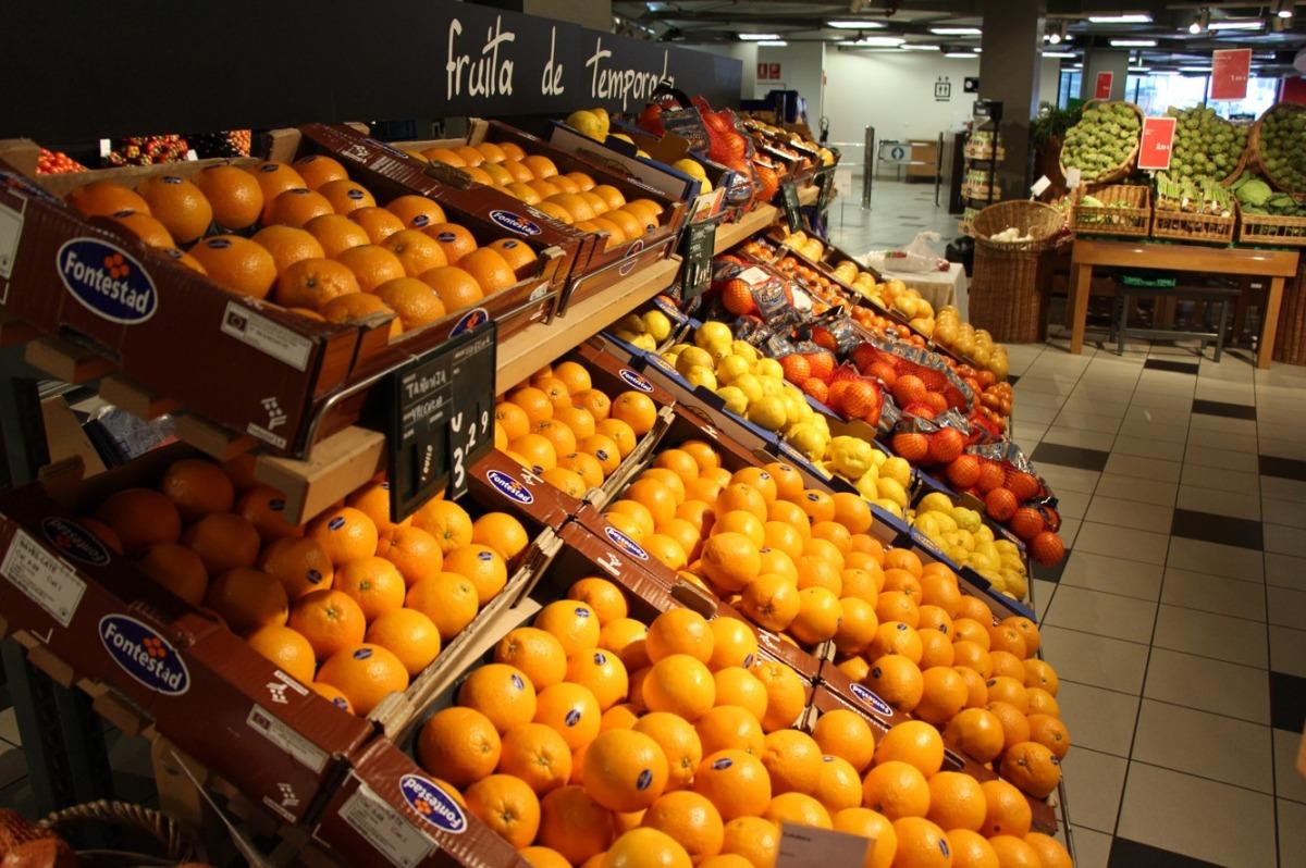 Secció de fruiteria d'una gran superfície comercial.
