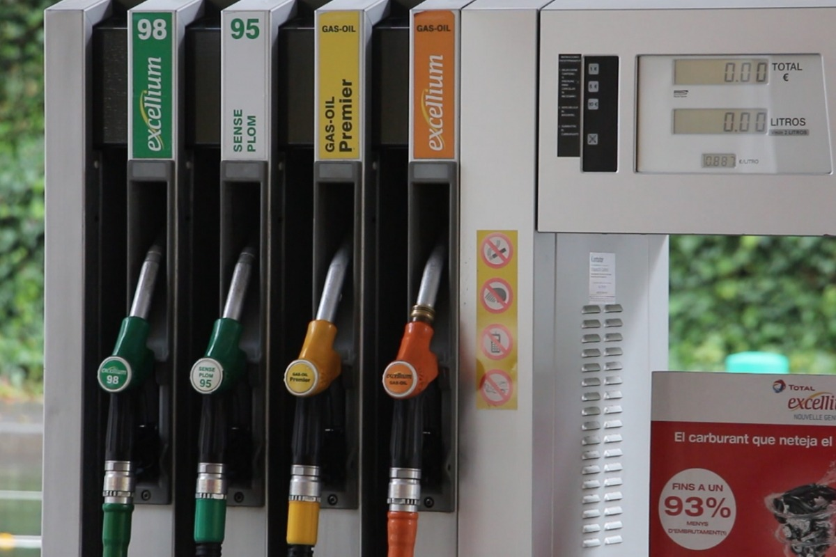 Assortidors de carburant en una estació de servei.