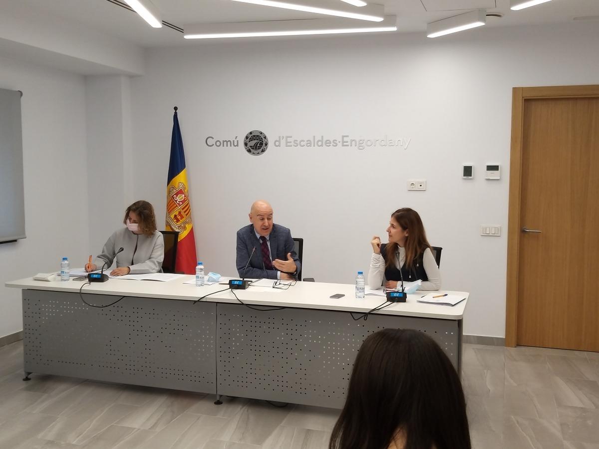 Els cònsols, Rosa Gili i Joaquim Dolsa, i l'assessora de finances del Comú, Bea Pintos.