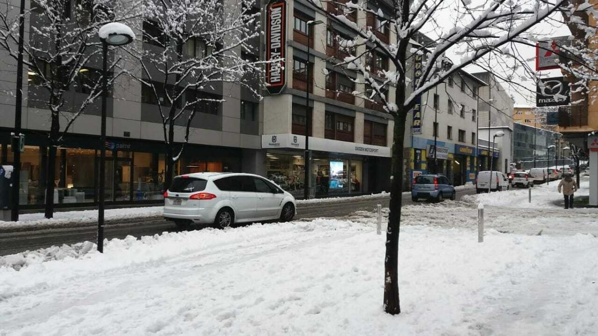 Neu a l'avinguda Santa Coloma en una nevada anterior.