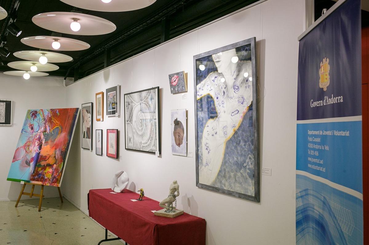 Algunes de les obres que s'exposen a la Llacuna.