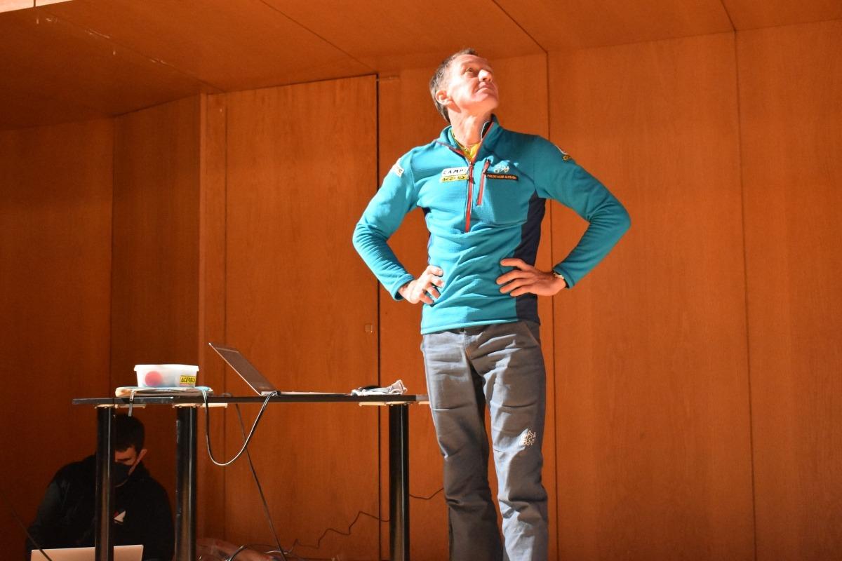 L'alpinista Denis Urukbo durant la preparació de la projecció a l'Auditori Nacional.