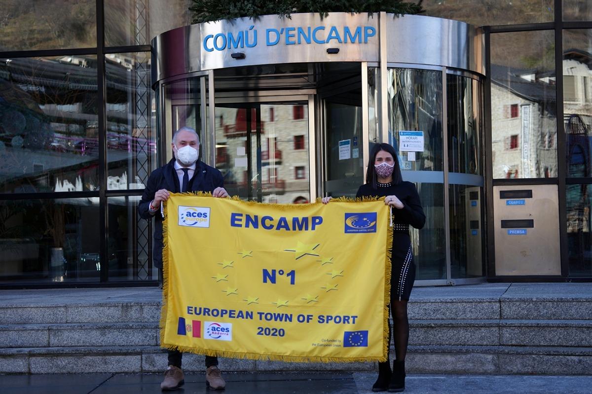 El moment en què la cònsol major d'Encamp, Laura Mas, rep la bandera com a millor Vila europea de l'Esport de l'any 2020.