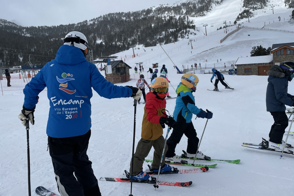Alguns dels infants que participen a l'escola de neu d'Encamp, aquest diumenge.