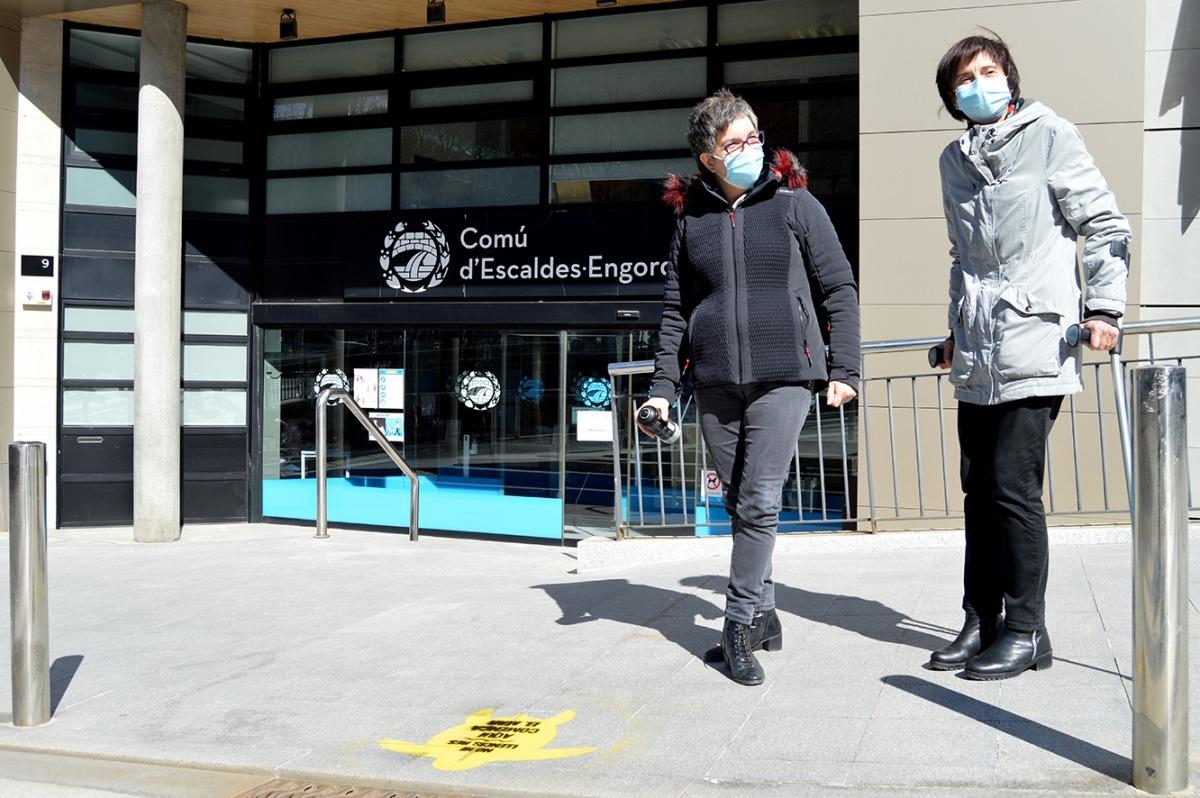 Cèlia Vendrell i Isabel Rogé davant un dels dissenys.