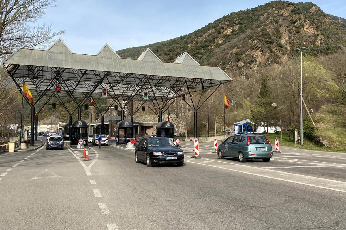 Vehicles creuant la frontera hispanoandorrana.