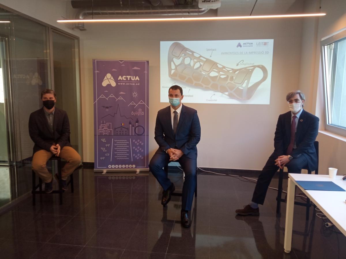 El ministre de Presidència, Economia i Empresa, Jordi Gallardo, el director general de Leitat, Jordi Rodríguez i el director d'Actua Innovació, Marc Pons, signen durant la presentació del conveni de col·laboració, aquest dilluns a la seu d'Actua.