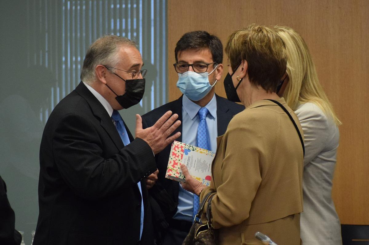 Albert Font i Jordi Cinca conversen amb els consellers abans de la comissió.