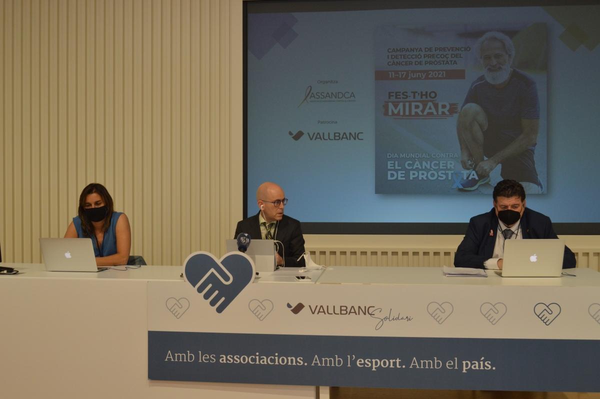 El director general de negoci de Vall Banc, Sergi Martín; el president d'Assandca, Josep Saravia, i la preparadora física Judith Arbós, durant la roda de premsa.