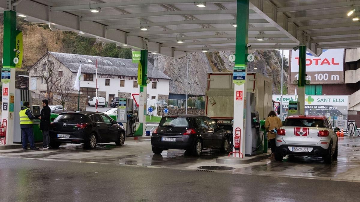 Vehicles en una benzinera de Sant Julià de Lòria.
