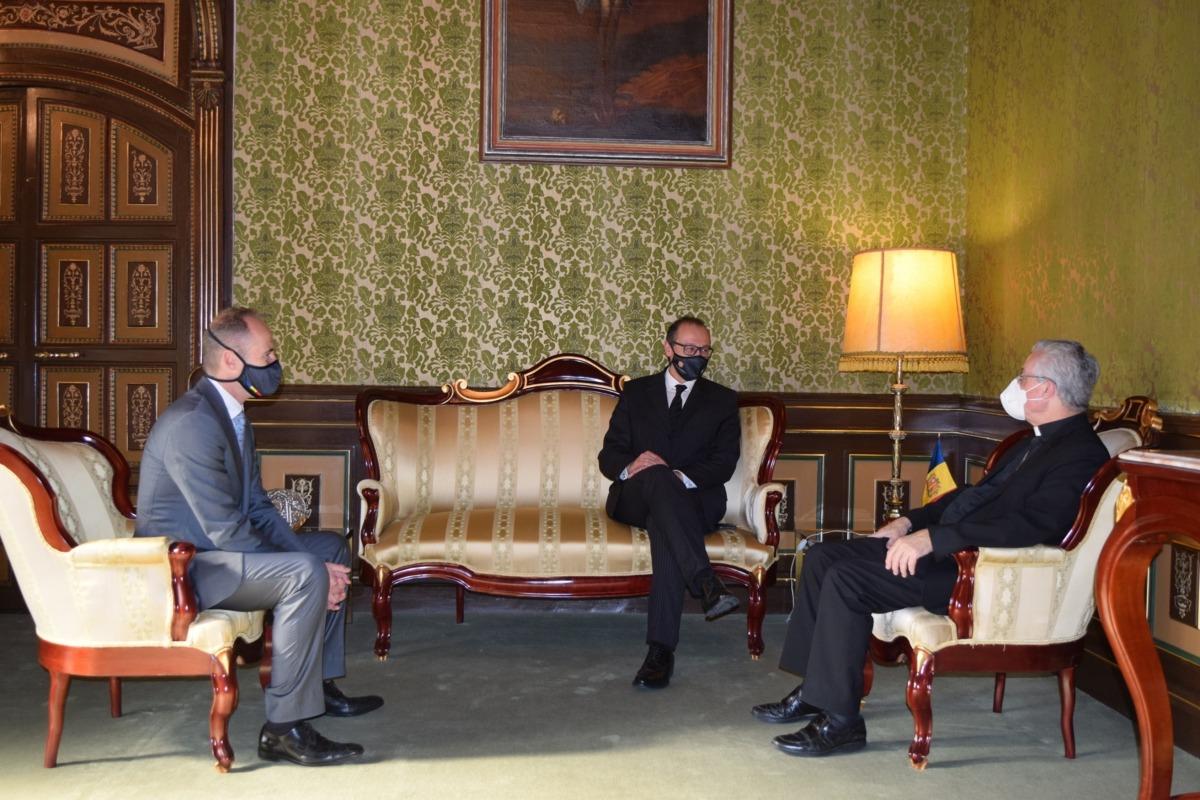 Un instant de la trobada entre el copríncep episcopal i el president i el vicepresident de la Creu Roja Andorrana.