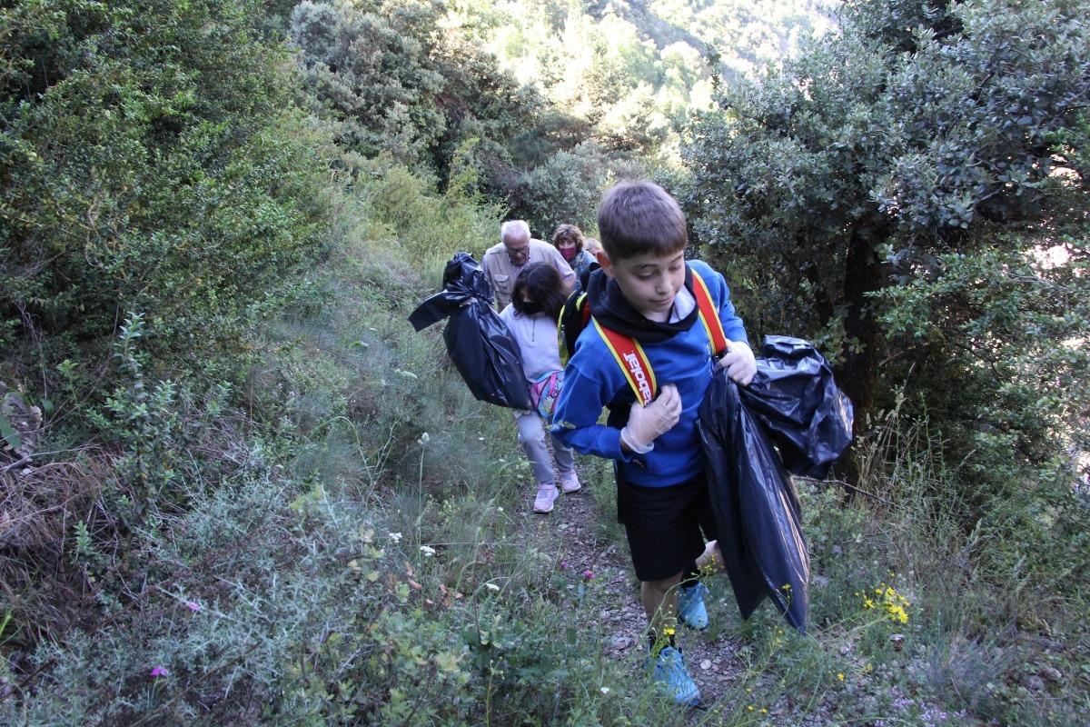 Alumnes participants al 'Clean Up Day' de Sant Julià de Lòria.