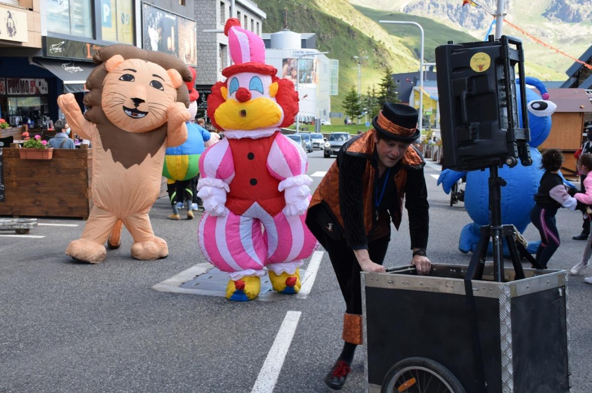 Desfilada infantil amb 'La família Gordini' pels carrers del Pas de la Casa.