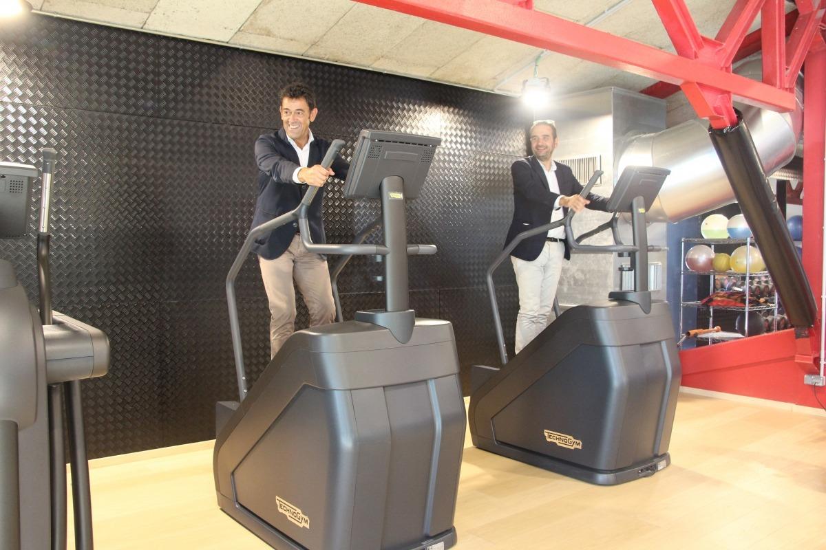 El cònsol major d'Ordino, Josep Àngel Mortés, i el conseller de Turisme, Esports i Dinamització, proven unes màquines del gimnàs.