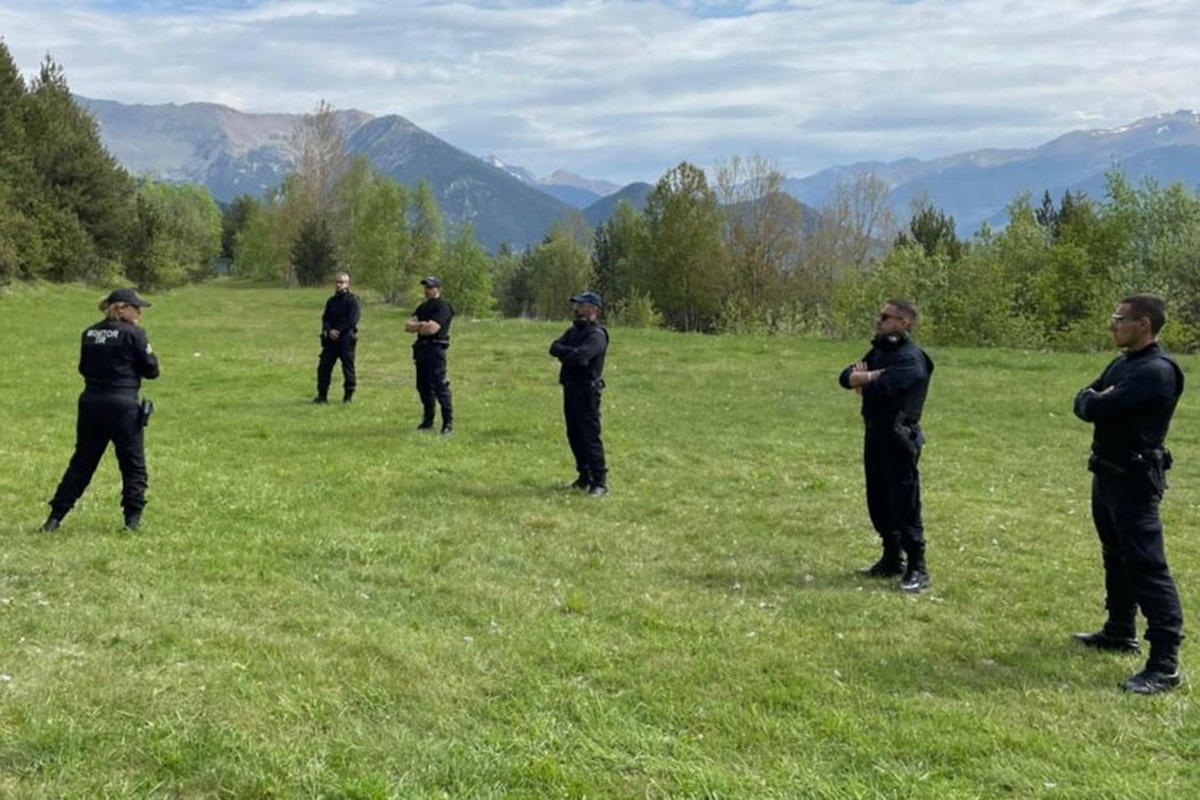 L'agent dels comandaments de la Comella i monitora de tir, Meritxell Garcia, duent a terme una formació.