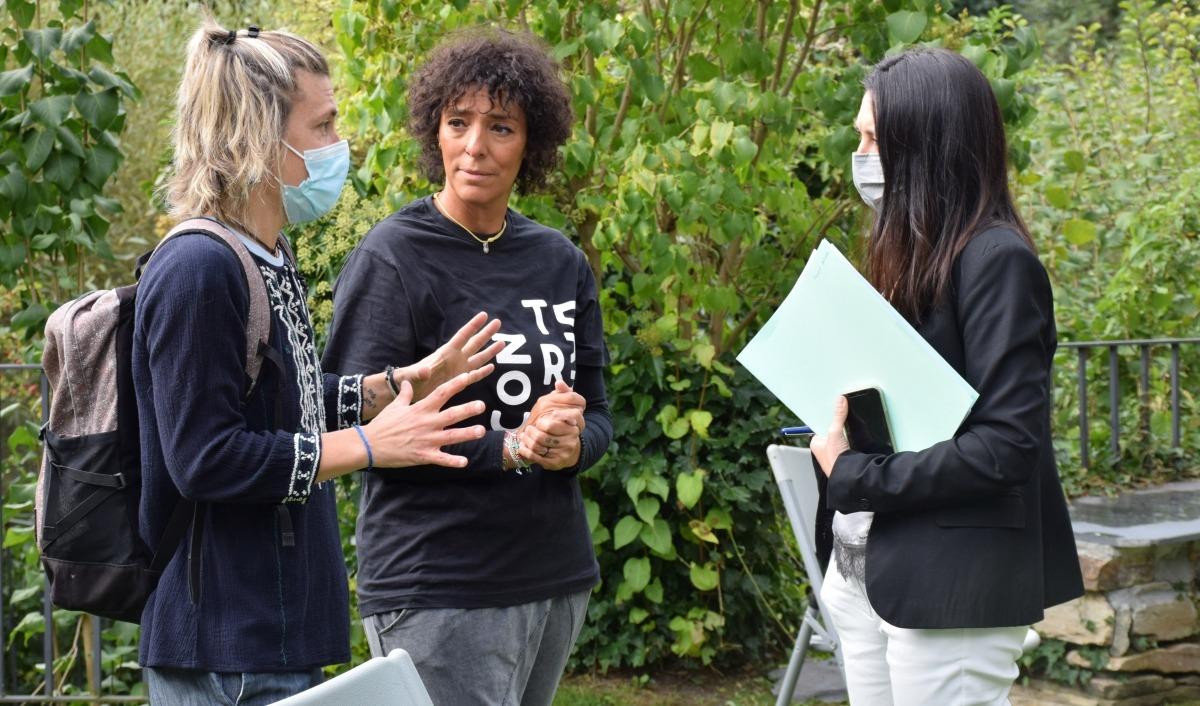 La cònsol menor d'Ordino, Eva Choy, i la guanyadora del pressupost participatiu, Meritxell Rabadà, moments previs a l'inci de la roda de premsa.
