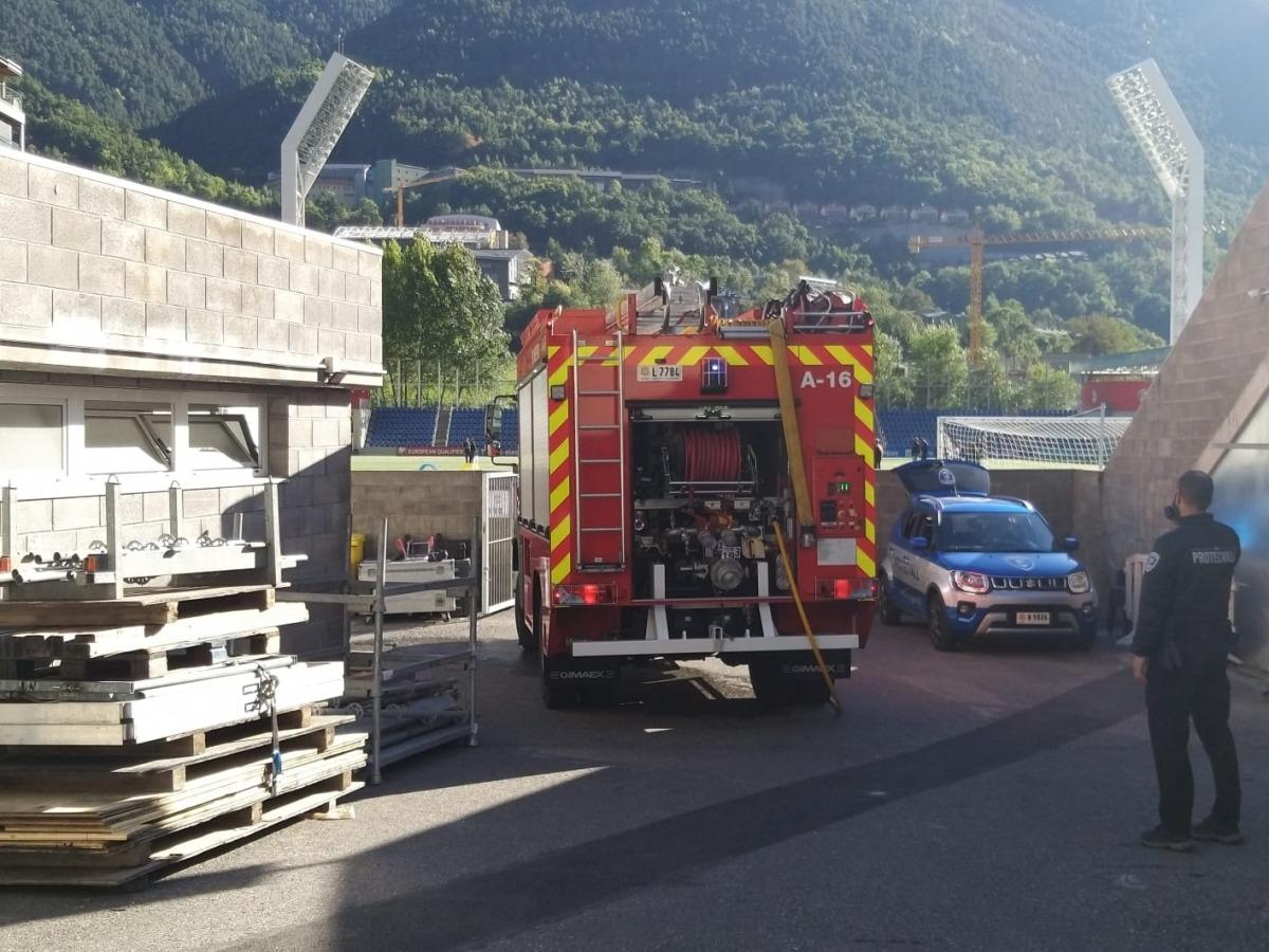Un camió de bombers a l'Estadi Nacional.
