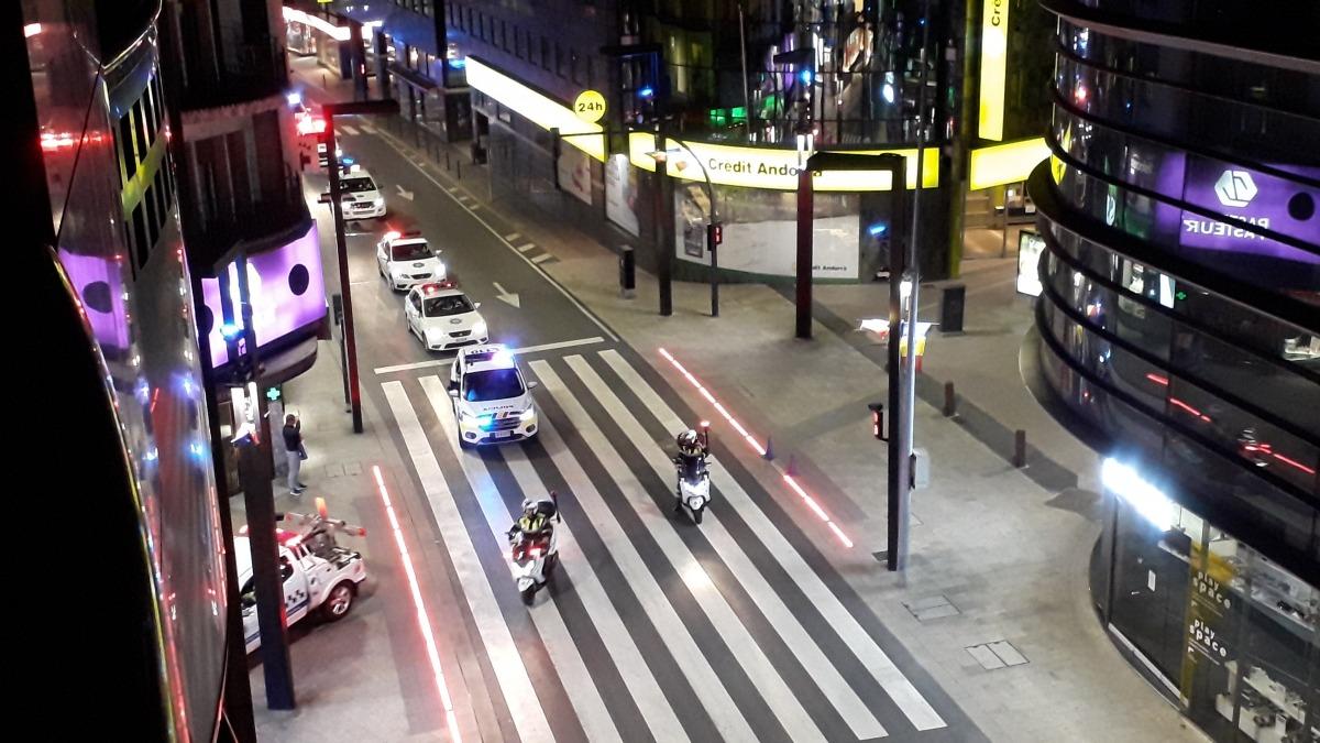 El seguici de vehicles dels cossos d'emergències quan entraven cap a l'avinguda Meritxell.