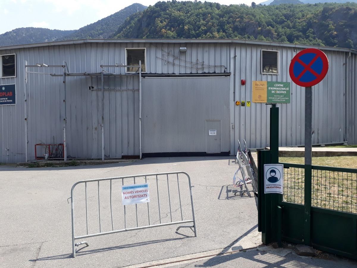 Vista exterior del centre de vacunació de l'antiga plaça de brau, que avui estava tancat.
