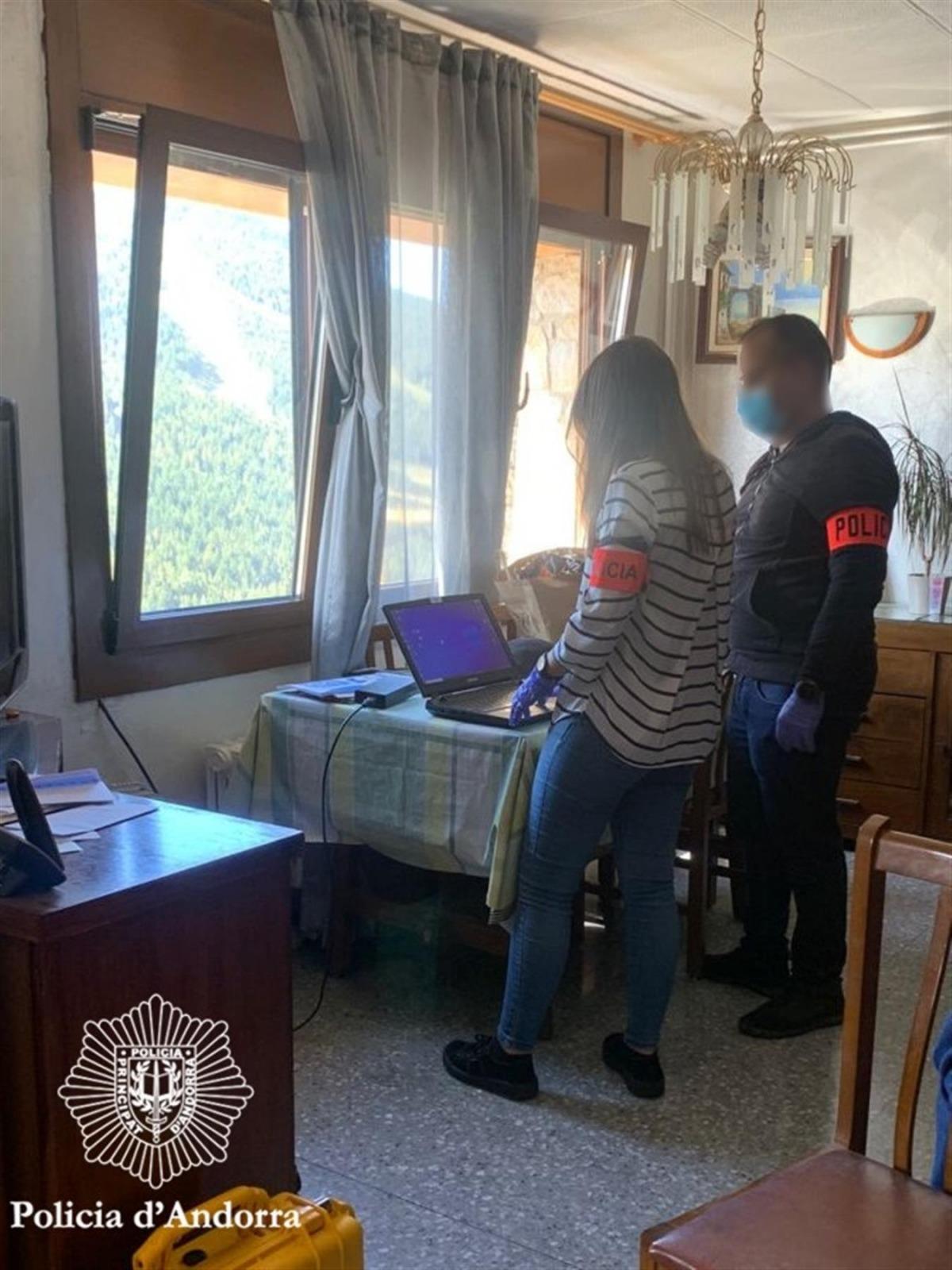 Agents en el moment de l'escorcoll del domicili del detingut.