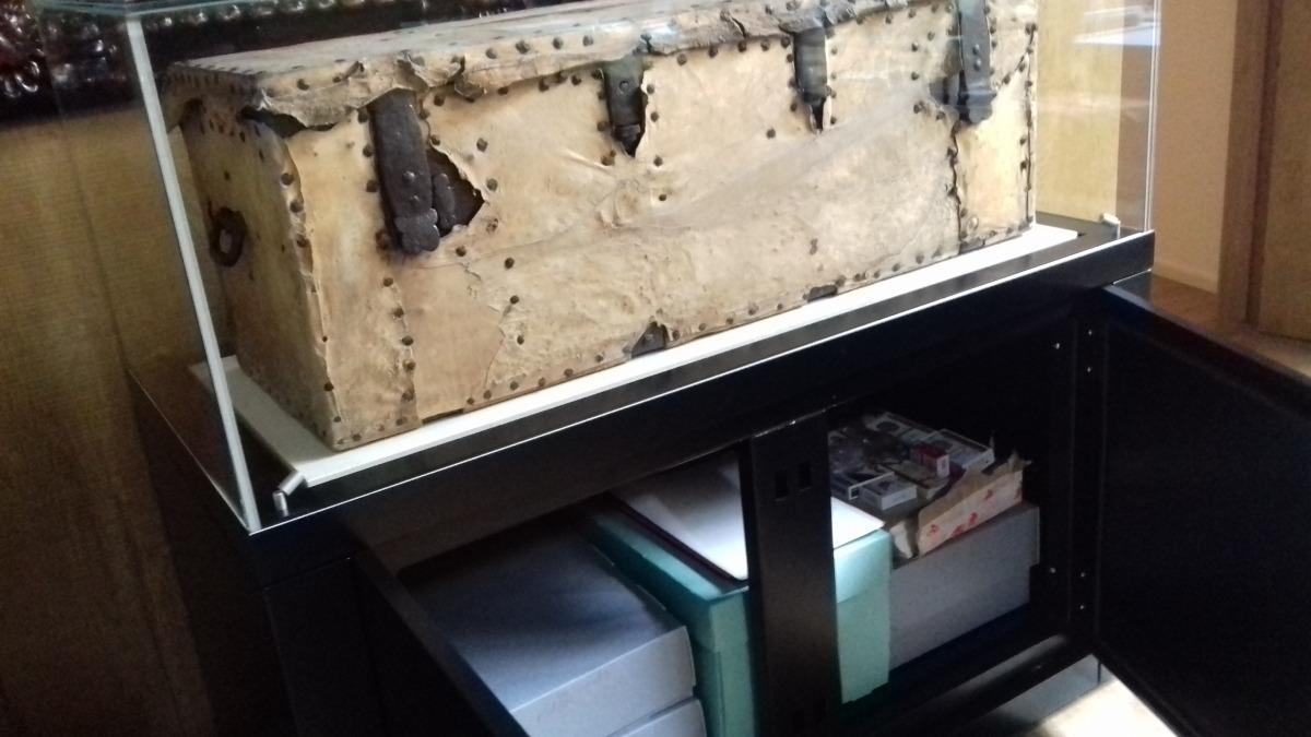 El bagul del segle XIX que s'ha restaurat, i l'urna on ara es dipositen els documents. A la dreta, els paquets de tabac.