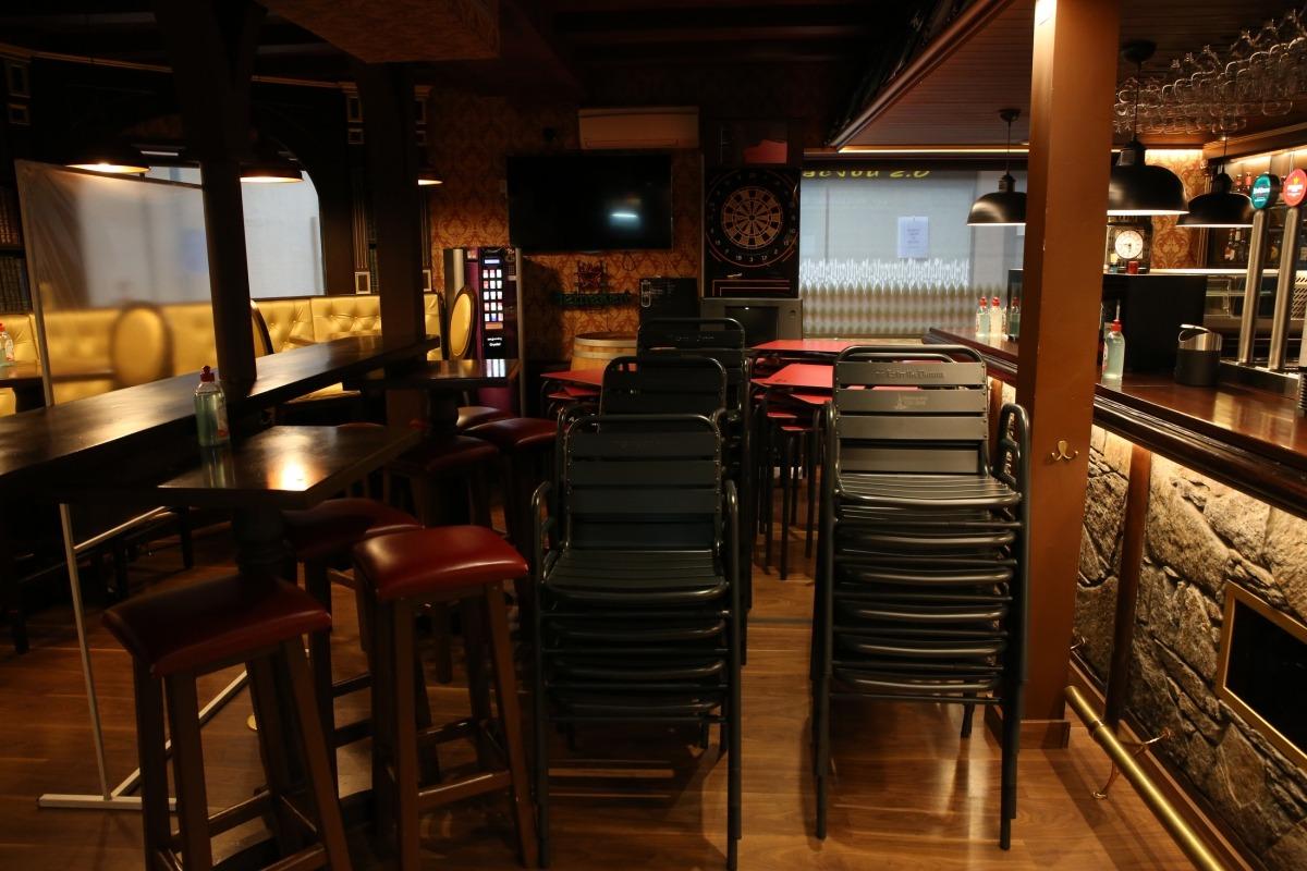 E McJou de Cap del Carrer, amb taules i cadires apilonades: ahir ja no va obrir.
