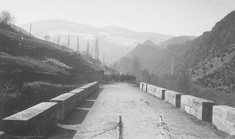 Les tropes que el 6 de febrer del 1939 es van plantar a la frontera formaven part del 4t Cos d'Exèrcit franquista, comandat pel coronel Muñoz Grandes; la força desplaçada al Runer la manava el capità Aguirre. El contacte es va establir al pont, terra de ningú entre Espanya i França, i les comitives van mantenir una reunió a la borda del Cosp; hi va haver fotos de família amb soldats, gendarmes i el cap de policia.