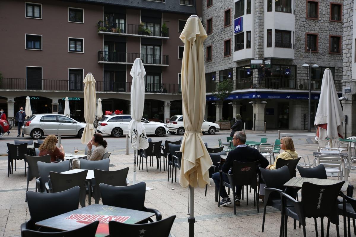 Aspecte de les terrasses de les Arcades, amb dos clients per taula.