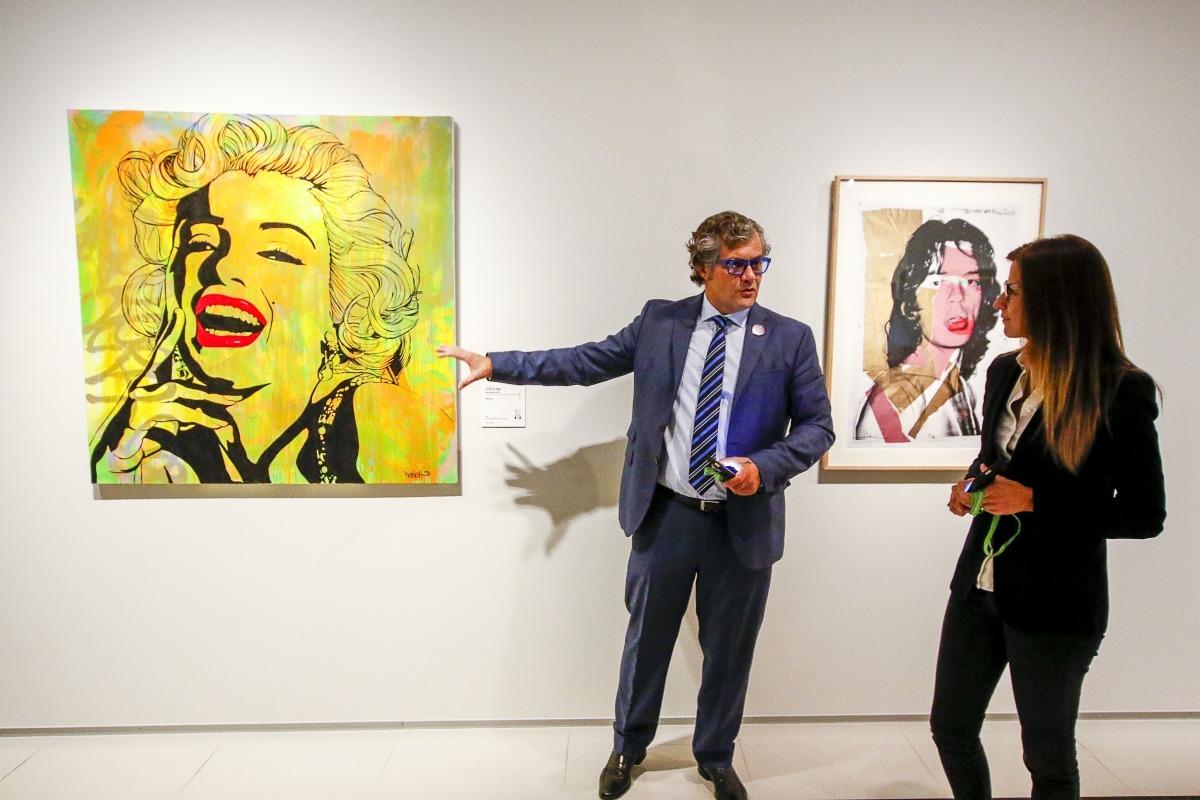 Guillermo Cervera mostra la 'Marilyn' de Vince Herrera a la ministra Riva.