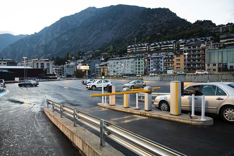 Vehicles a l'aparcament Valira.