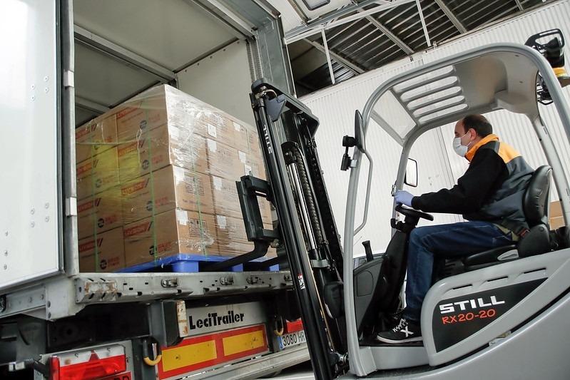 Un operari del COEX descarregant el material del camió que ha portat els testos.